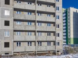 В доме №41 ведется остекление оконных и балконных конструкций